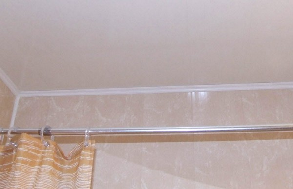 требования к потолку в ванной комнате