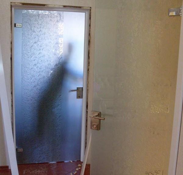 как производится установка стеклянных дверей фото