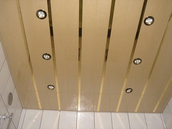 подвесной реечный потолок в ванную фото
