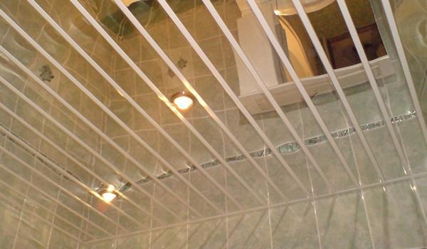 зеркальный реечный потолок для ванной фото