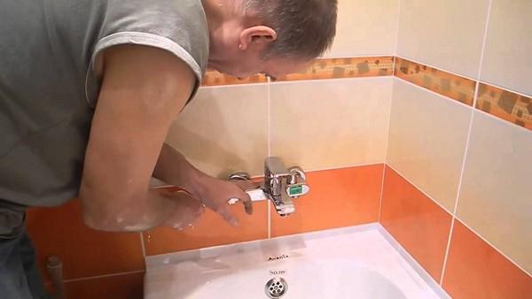 тонкости установки смесителя в ванной