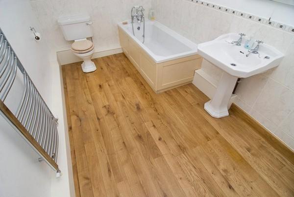 пол в ванной из дерева фото
