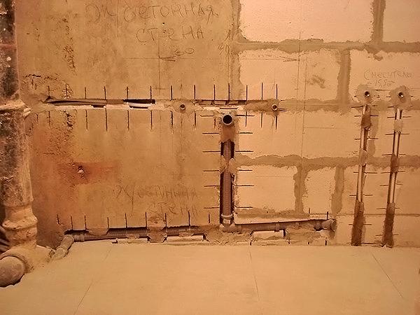 как убрать трубы в ванной штробление стен