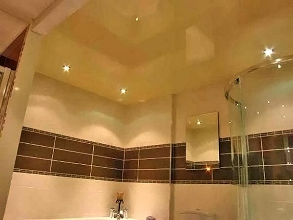 красивые натяжные потолки в ванной комнате фото