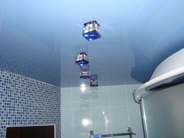 глянцевый натяжной потолок в ванной фото