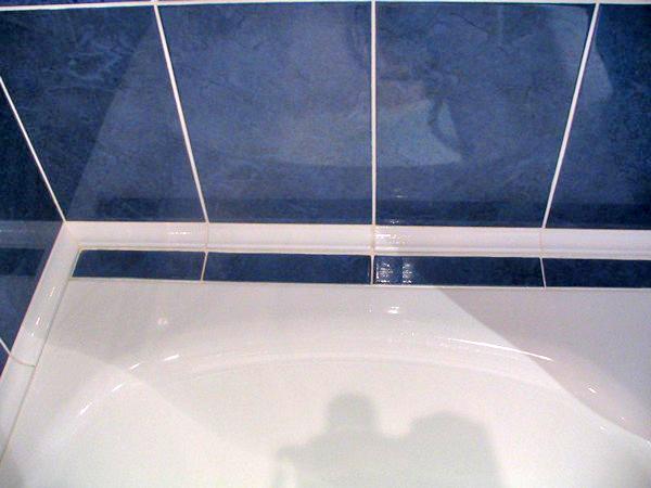 как заделать между ванной и стеной большой зазор фото