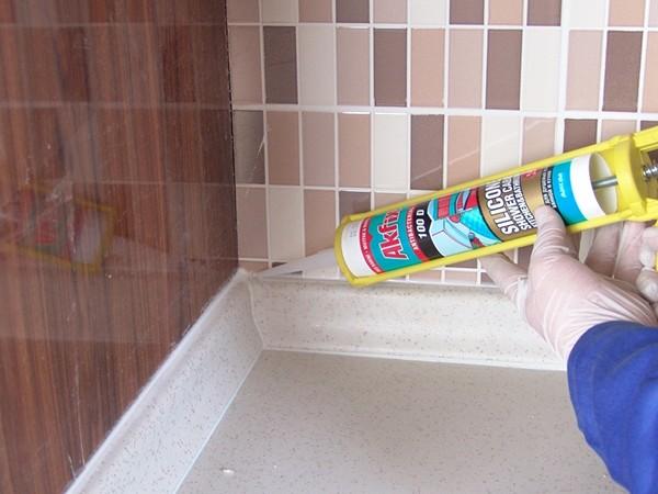 как наносить герметик в ванной фото
