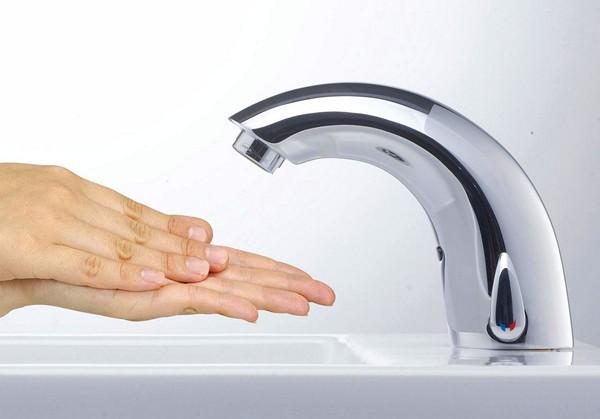 Сенсорный смеситель для раковины: преимущества, устройство и критерии выбора