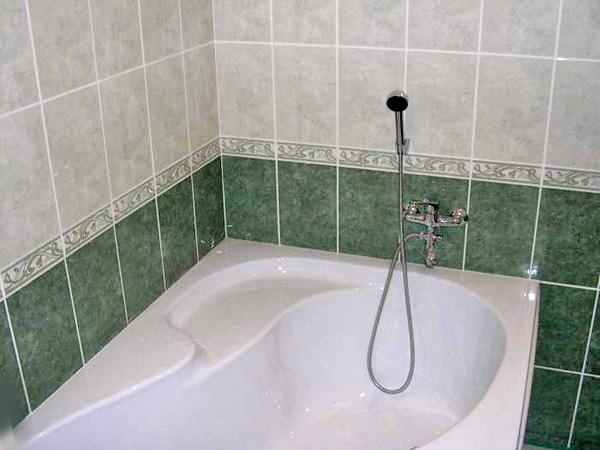 укладка плитки с фризом в ванной фото