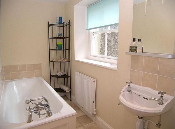 интерьер ванной с окном фото