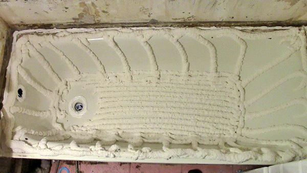 установка акрилового вкладыша в ванну фото