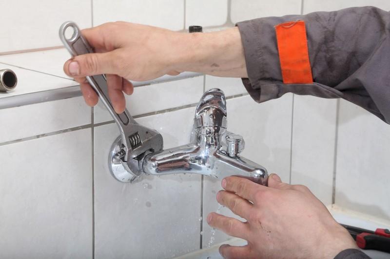 как заменить смеситель в ванной своими руками фото
