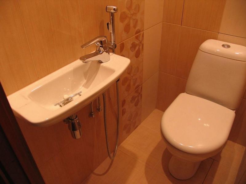 раковина в туалете с гигиеническим душем фото