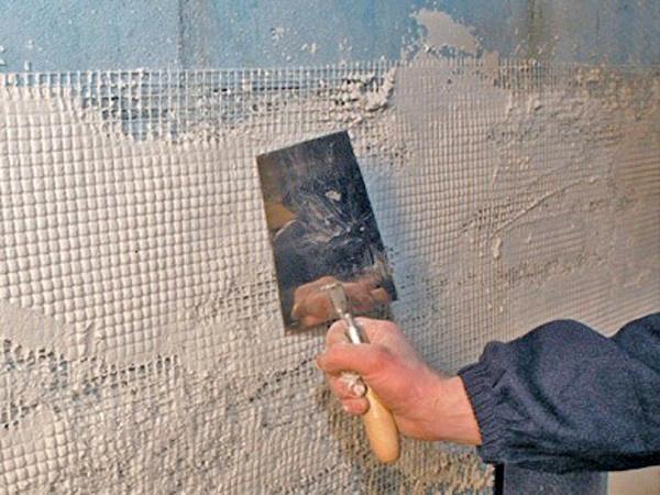 выравнивание стен в ванной с помощью армирующей сетки фото