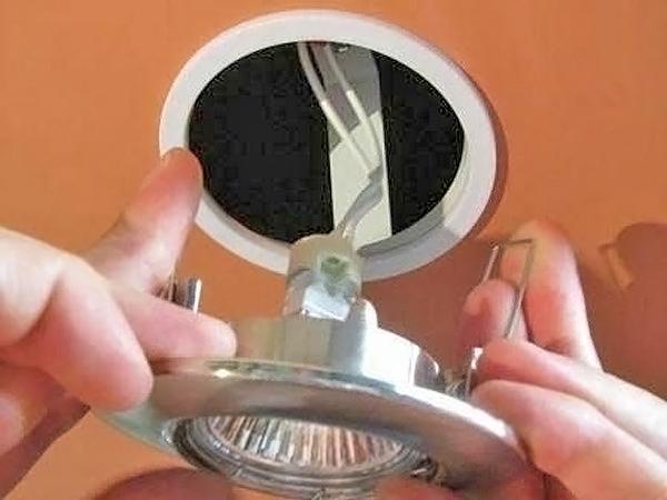 как установить светильники в ванной своими руками фото