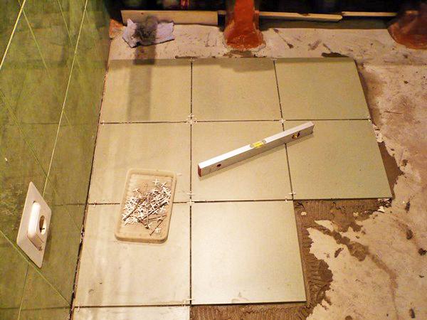 как выровнять плитку на полу в плоскости при укладке