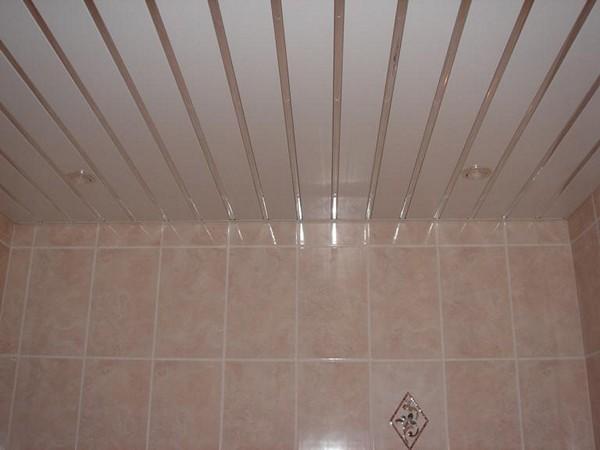конструкция реечных подвесных потолков для ванной
