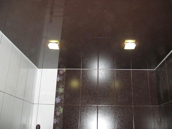 черный натяжной потолок в ванной фото