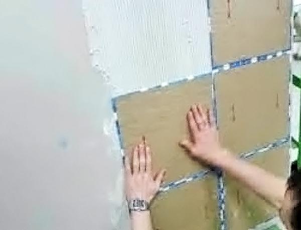 укладка мозаики в ванной на бумажной основе