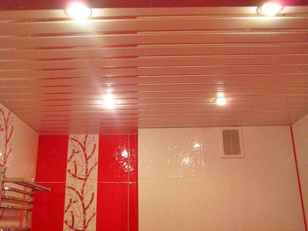 потолок в ванную реечный подвесной фото