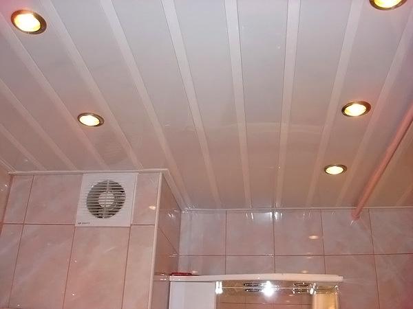установка подвесных потолков в ванной фото
