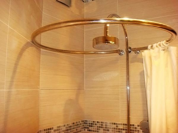 из чего изготавливают карнизы для ванной