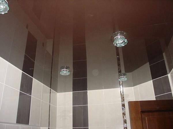 натяжной зеркальный потолок в ванной фото